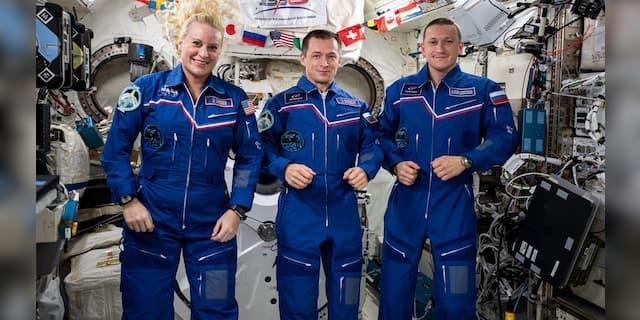 Trzyosobowa załoga Expedition 64 z Japan Aerospace Exploration Agency (JAXA).  Od lewej: Kate Robins z NASA, Sergey Rijikov z Roscosmos i Sergey Kud-Sverchakov z Rosyjskiej Agencji Kosmicznej.