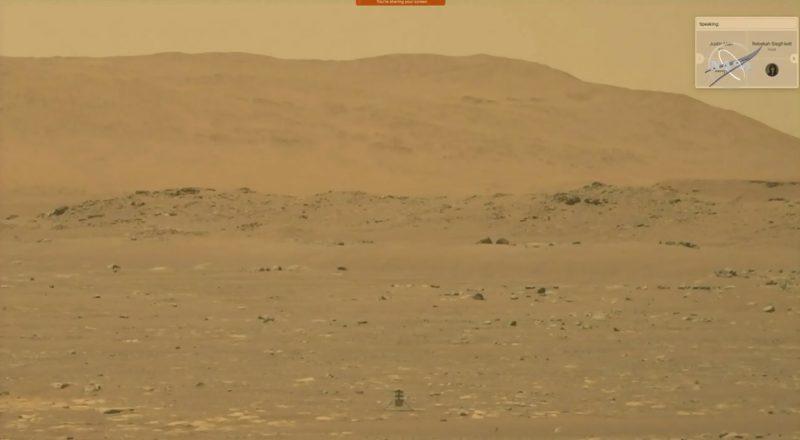 Opuszczony krajobraz Marsa w kolorze pomarańczowym ze środkiem pod małym helikopterem po jego dziewiczym locie