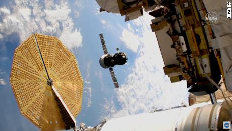 Astronauci przetransportowali statek kosmiczny poza Międzynarodową Stację Kosmiczną