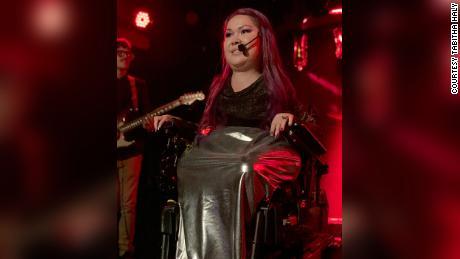 Tabitha Haley śpiewa na imprezie z okazji premiery albumu w Nowym Jorku w 2019 roku.