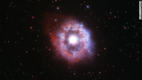 Hubble szpieguje rzadką gigantyczną gwiazdę walczącą z samozniszczeniem