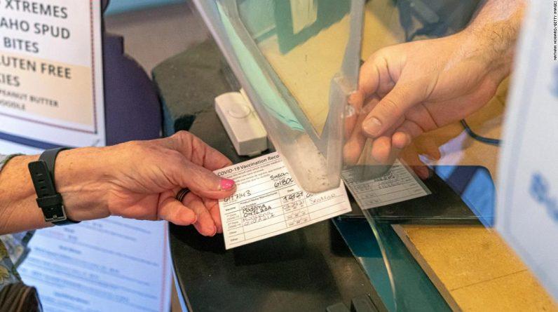 Egzekwowanie dowodów szczepień, aby wejść do firm, może być trudne