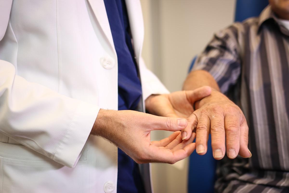Lekarz patrzy na paznokcie pacjenta