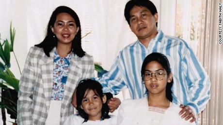 Tabitha Haley (na dole po lewej), przedstawiona na zdjęciu wraz z rodzicami i siostrą, została wprowadzona do muzyki przez swojego ojca, który gra na gitarze i pianinie.