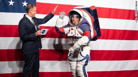 NASA projektuje nowe skafandry kosmiczne na nadchodzącą misję księżycową w 2024 r