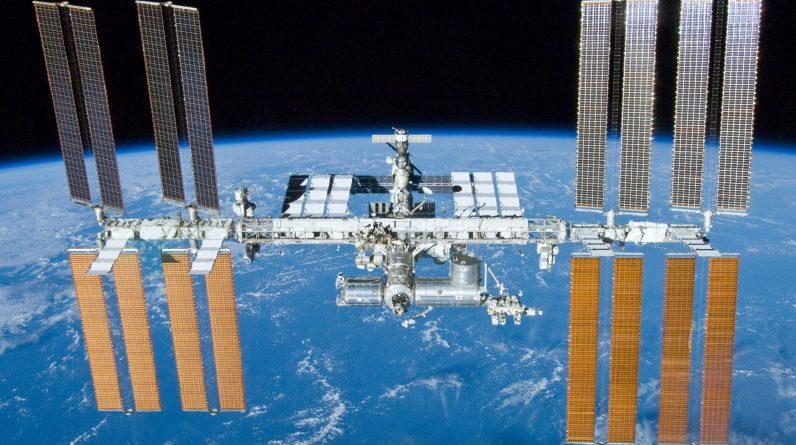 Obraz stacji kosmicznej próbuje przemieścić satelitę z dużą prędkością