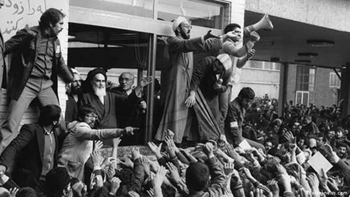 Chomeini podczas przemówienia na Cmentarzu Centralnym w Teheranie 1 lutego 1979 (fot. araknews.com)
