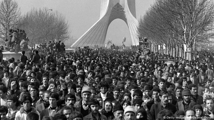 Setki tysięcy Irańczyków pojawiło się tego dnia, by kibicować w kawałku, w którym Chomeini jechał na centralny cmentarz, by wygłosić tam swoje przemówienie (fot. afp)