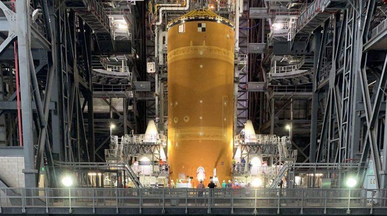 Zobacz zaparkowane ogromne rakiety księżycowe NASA, dopalacze i wszystko inne