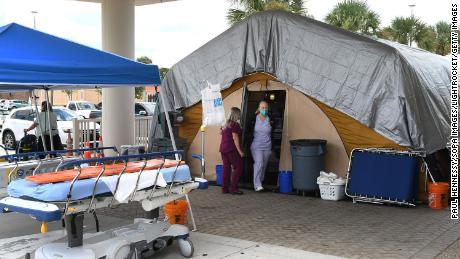 Pielęgniarki w namiocie terapeutycznym przed oddziałem ratunkowym w Regionalnym Centrum Medycznym Holmes w Melbourne na Florydzie, który służy jako miejsce przepełnienia dla osób zakażonych Covid-19.