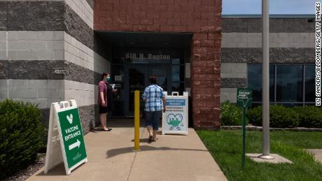 Pacjent przybywa do Centrum Zdrowia Doliny Jordanu w Springfield w stanie Missouri 12 lipca 2021 r.