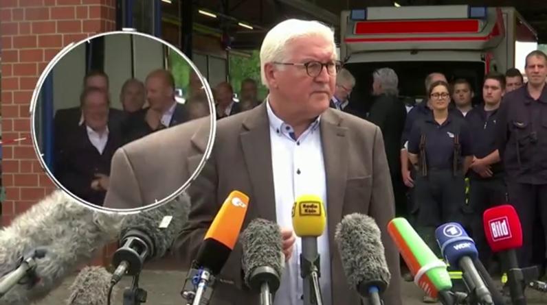 Następca Angeli Merkel śmieje się głośno na konferencji prasowej w sprawie powodzi w Niemczech