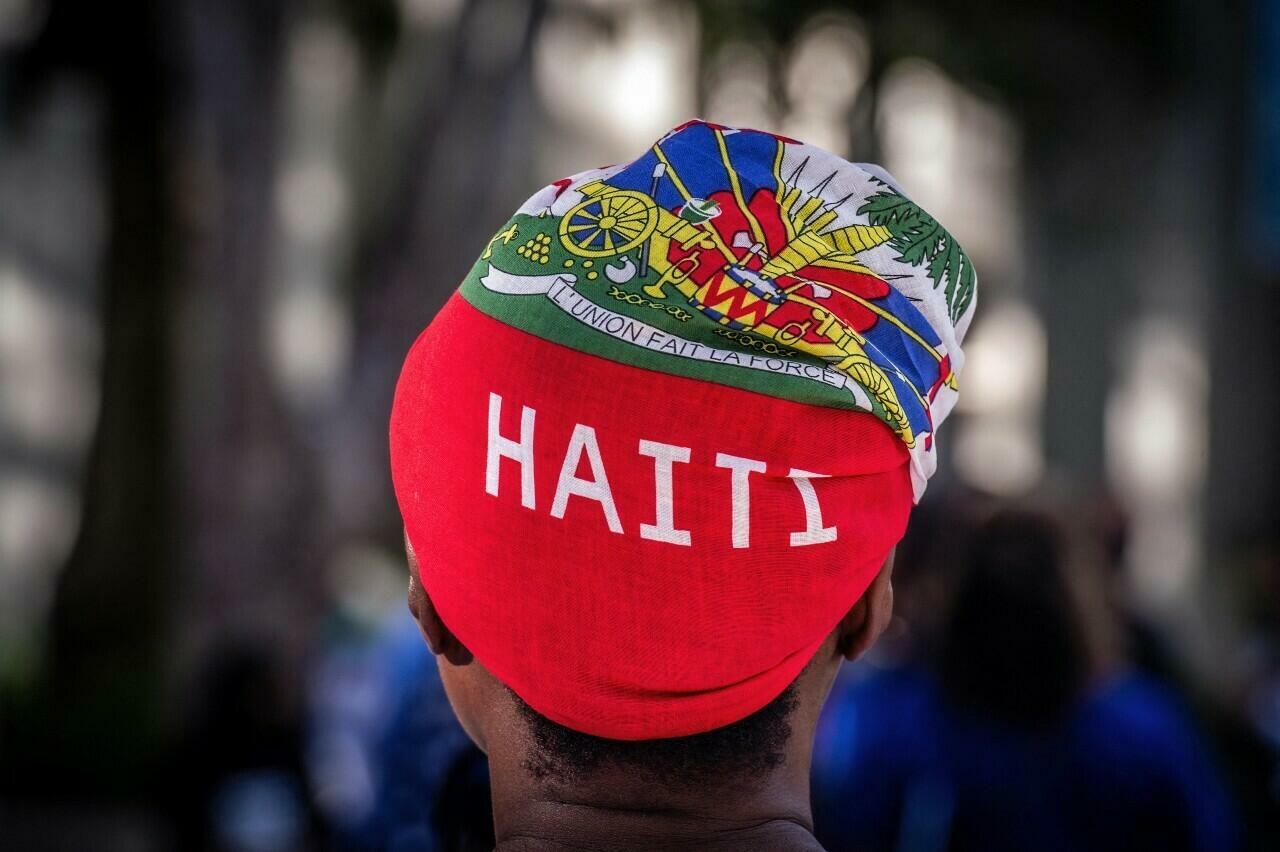 Kobieta uczestniczy w czuwaniu dla Haitańskiej Pierwszej Damy Martina Moyesa przed Jackson Memorial Hospital w Miami, Stany Zjednoczone, 16 lipca 2021 r.