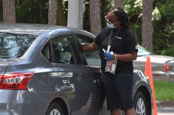 Zdjęcie: Osoba otrzymuje badanie nosa w miejscu testowania i szczepień COVID-19 w Barnett Park w Orlando na Florydzie, 21 lipca 2021 r. (Paul Hennessy / SOPA Images za pośrednictwem ZUMA Wire przez Newscom)