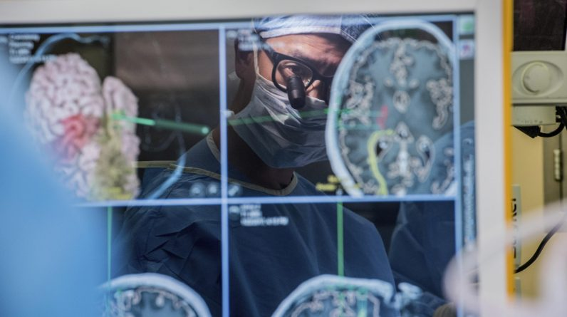 Urządzenie, które klika fale mózgowe, aby pomóc sparaliżowanemu mężczyźnie komunikować się
