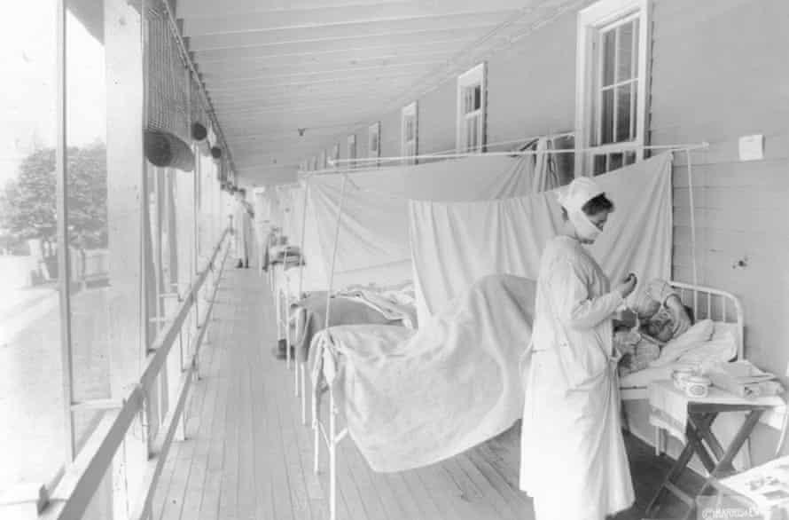 Pielęgniarka opiekuje się pacjentem na oddziale grypy Szpitala Waltera Reeda w Waszyngtonie, 1918.