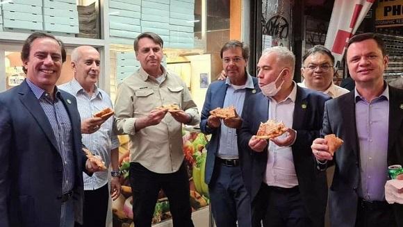 Zdjęcie Bolsonaro jedzącego pizzę na nowojorskiej ulicy, ponieważ nie był zaszczepiony przeciwko Covid-19