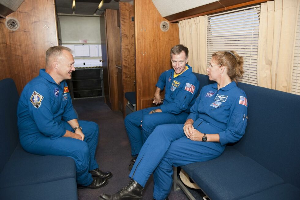 Astronauci NASA Doug Hurley, Chris Ferguson i Sandy Magnus w astrofanie w 2011 roku.