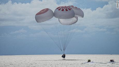 SpaceX właśnie sprowadził pierwszą załogę turystów z kosmosu.  Oto, co dalej