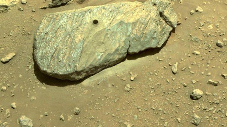 Wytrwały zespół łazików NASA odkopuje pierwszą próbkę marsjańskich skał