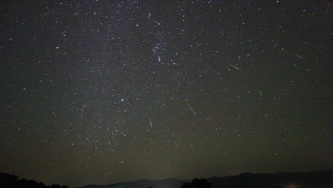 Coroczne deszcze meteorów Orionid, składające się z szczątków komety Halleya, osiągną szczyt przed świtem 21 października, z prędkością do 25 meteorów na godzinę.